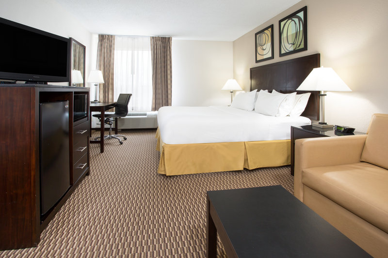 Holiday Inn Express Lexington-Sw (Nicholasville)-King Executive room<br/>Image from Leonardo