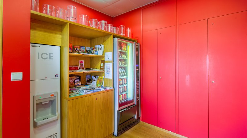Holiday Inn Express Saint - Nazaire-Vending machine – Snacks and drinks<br/>Image from Leonardo