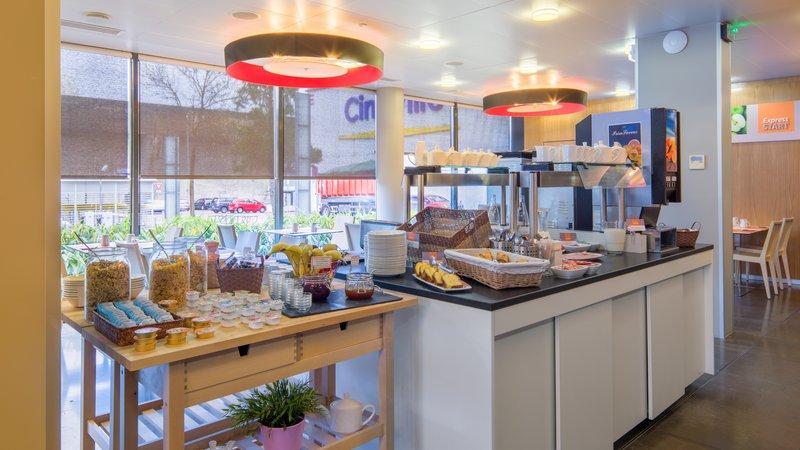 Holiday Inn Express Saint - Nazaire-Buffet petit déjeuner continental avec produit frais<br/>Image from Leonardo