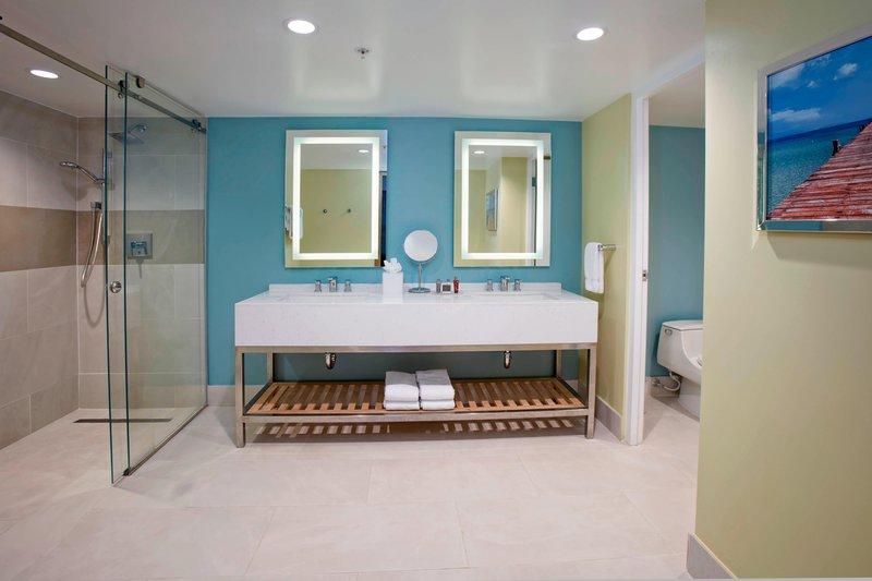 Aruba Marriott Resort - Tradewinds Jr. Suite - Bathroom <br/>Image from Leonardo