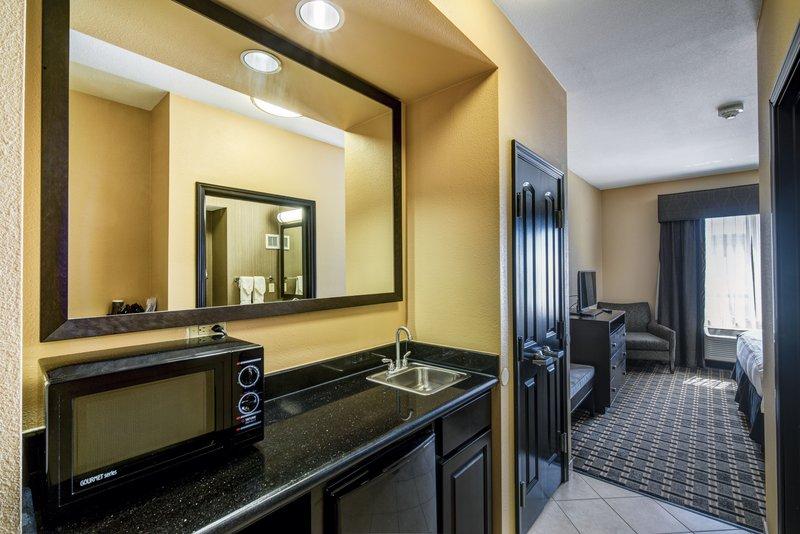 Holiday Inn Arlington NE-Rangers Ballpark-Suite Kitchen Area<br/>Image from Leonardo