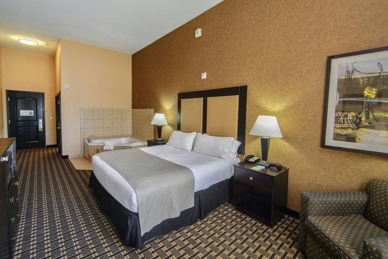 Holiday Inn Arlington NE-Rangers Ballpark-Whirlpool Feature Guest Room<br/>Image from Leonardo