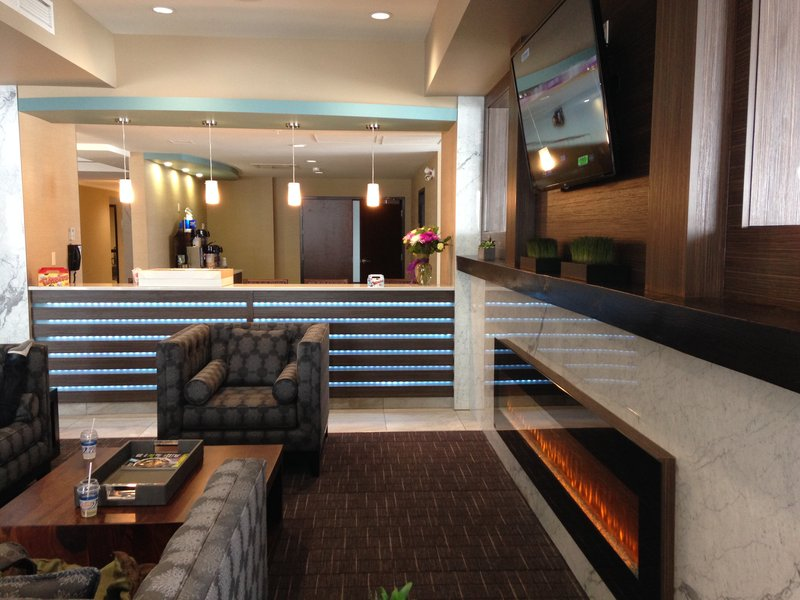 Holiday Inn Express Golden-Kicking Horse-Lobby Lounge<br/>Image from Leonardo
