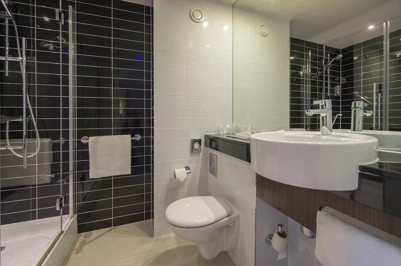 Holiday Inn Express Sheffield City Centre-En-suite bathrooms<br/>Image from Leonardo