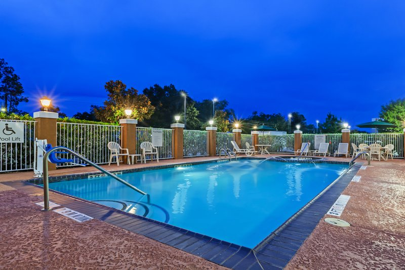 Holiday Inn Express Beaumont NW Parkdale Mall-Swimming Pool<br/>Image from Leonardo
