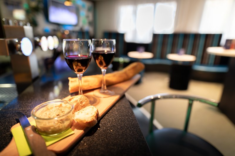 Holiday Inn Express Arras-Have a snack at the bar<br/>Image from Leonardo