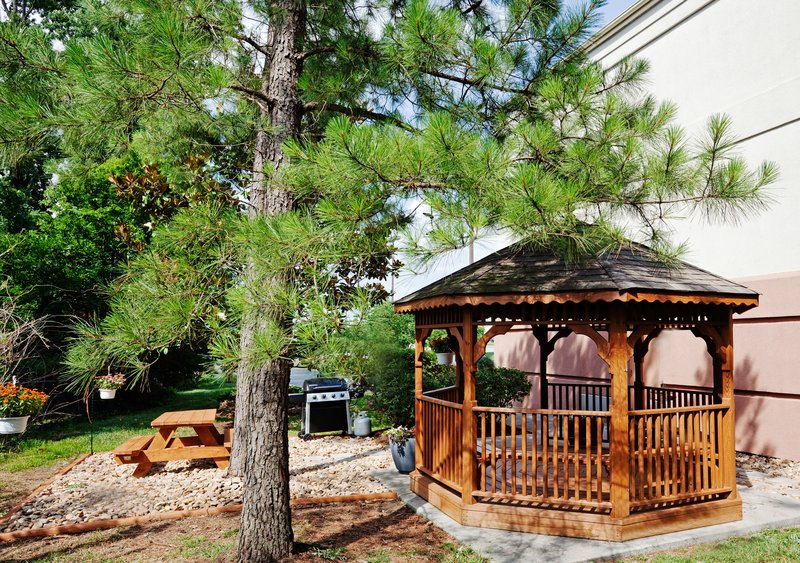 Candlewood Suites Knoxville-Enjoy the Candlewood Gazebo and outdoor picnic/BBQ area<br/>Image from Leonardo