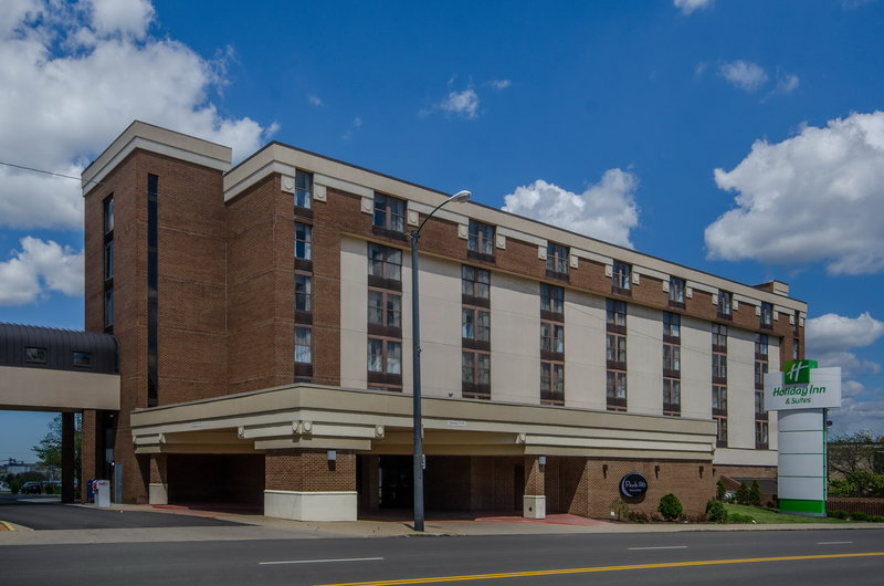 Holiday Inn Hotel & Suites Mansfield-Conference Ctr-Large covered entrance to stay dry from rain and snow<br/>Image from Leonardo