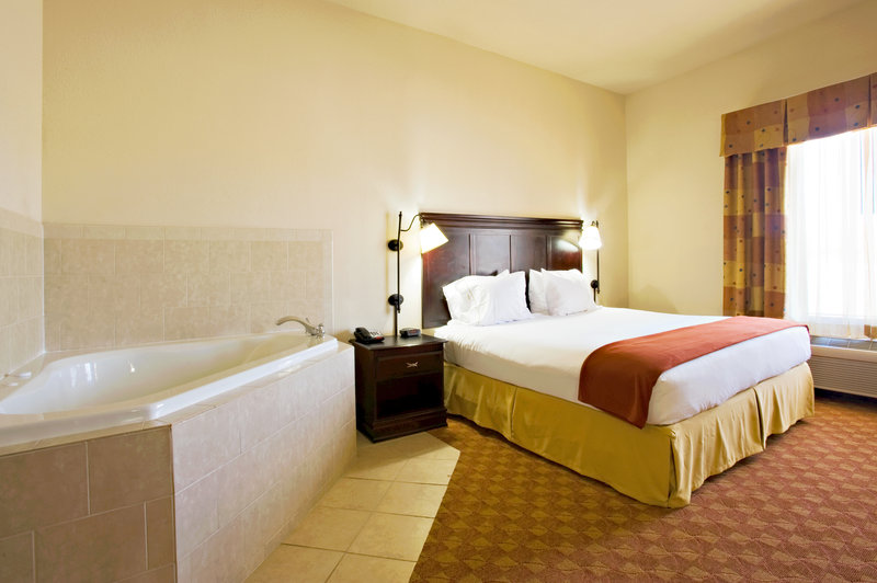 Holiday Inn Express & Suites Sweetwater-Jauzzi Suite<br/>Image from Leonardo