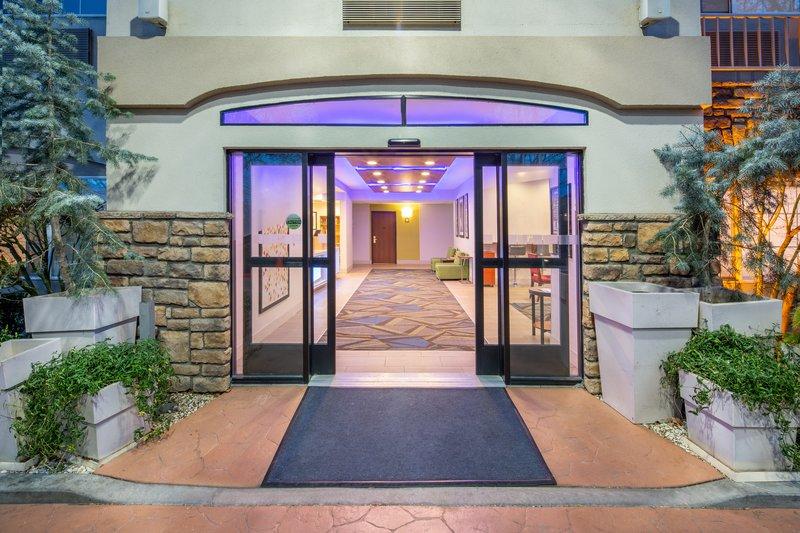 Holiday Inn Express & Suites Bishop-Entrance <br/>Image from Leonardo