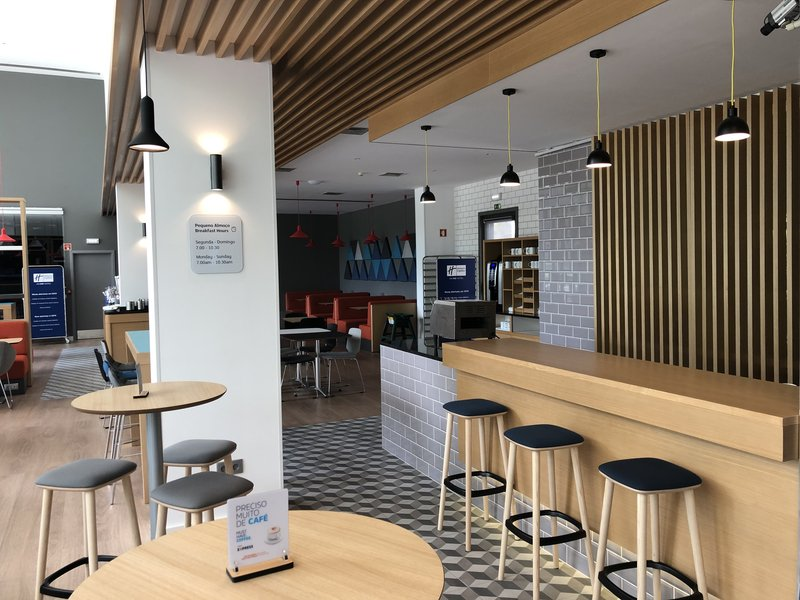 Holiday Inn Express Porto - Exponor-Our Lobby Bar perfect for a drink before dinner<br/>Image from Leonardo