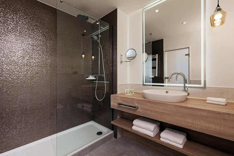 Courtyard Hamburg Airport-Guest Bathroom - Shower<br/>Image from Leonardo