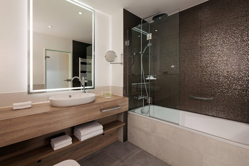 Courtyard Hamburg Airport-Suite Bathroom - Bathtub<br/>Image from Leonardo