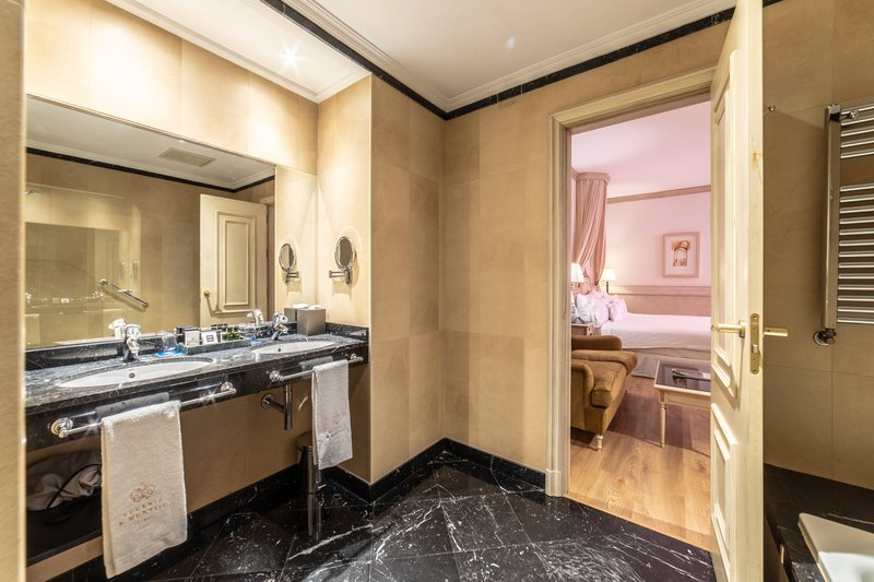 Eugenia de Montijo, Autograph Collection-King Chantilly Guest Room - Bathroom<br/>Image from Leonardo