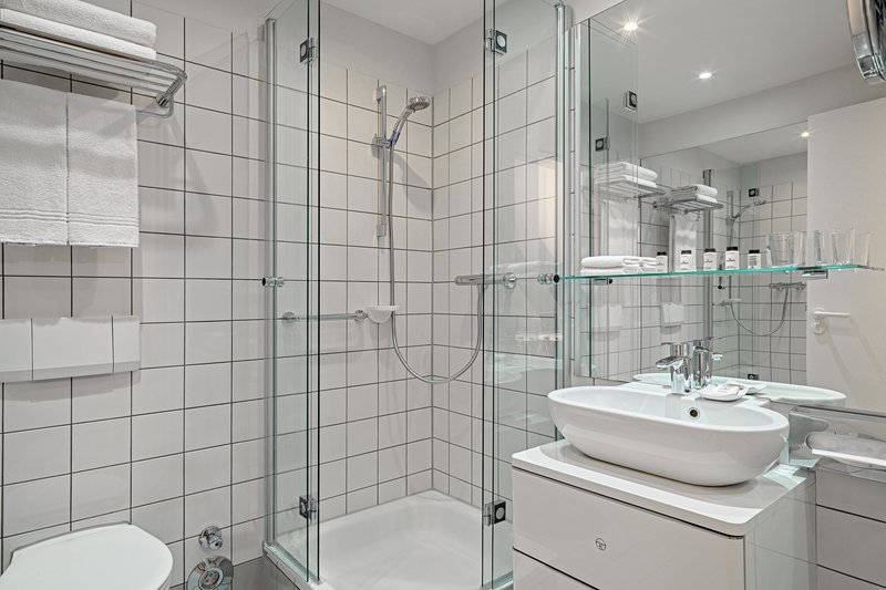 Sheraton Hannover Pelikan Hotel-Executive Twin Bathroom<br/>Image from Leonardo