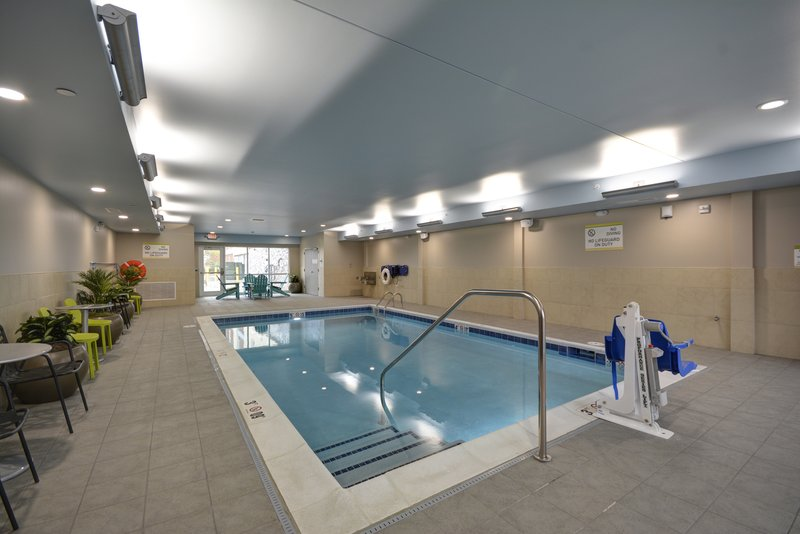 Holiday Inn Toledo-Maumee (I-80/90)-Swimming Pool<br/>Image from Leonardo