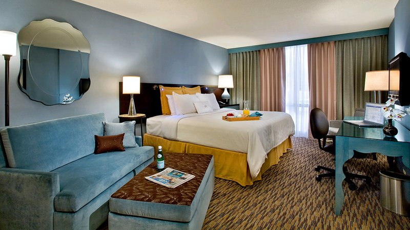 Crowne Plaza Lombard Downers Grove-Superior King Room<br/>Image from Leonardo