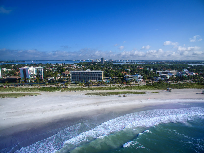 Lido Beach Holiday Inn-Located just across the street from the beach<br/>Image from Leonardo