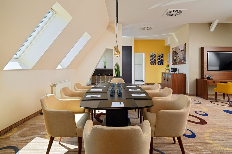 Sheraton Hannover Pelikan Hotel-Pelikan Suite Business Set up<br/>Image from Leonardo