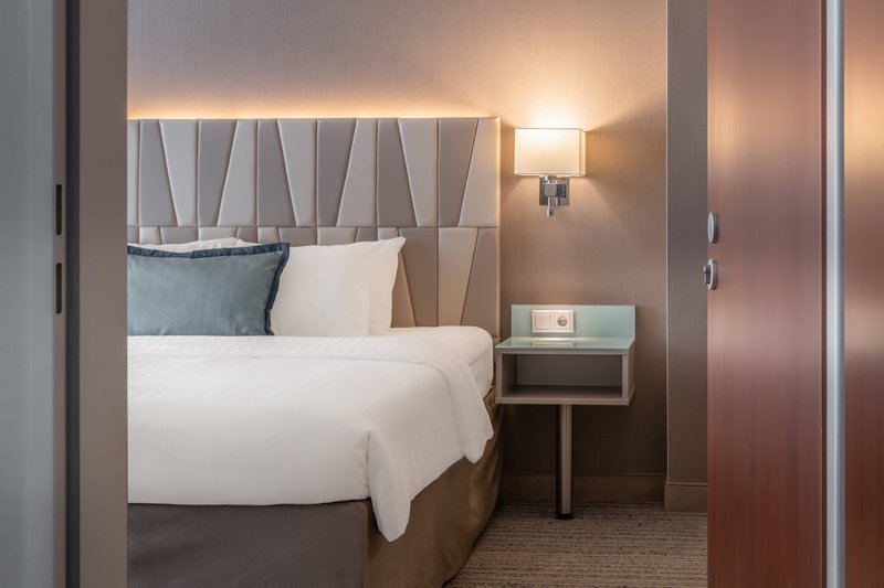Courtyard Munich City Center-King Deluxe Connecting Guest Room<br/>Image from Leonardo