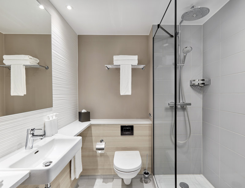 CROWNE PLAZA HAMBURG CITY ALSTER-Guest Bathroom<br/>Image from Leonardo