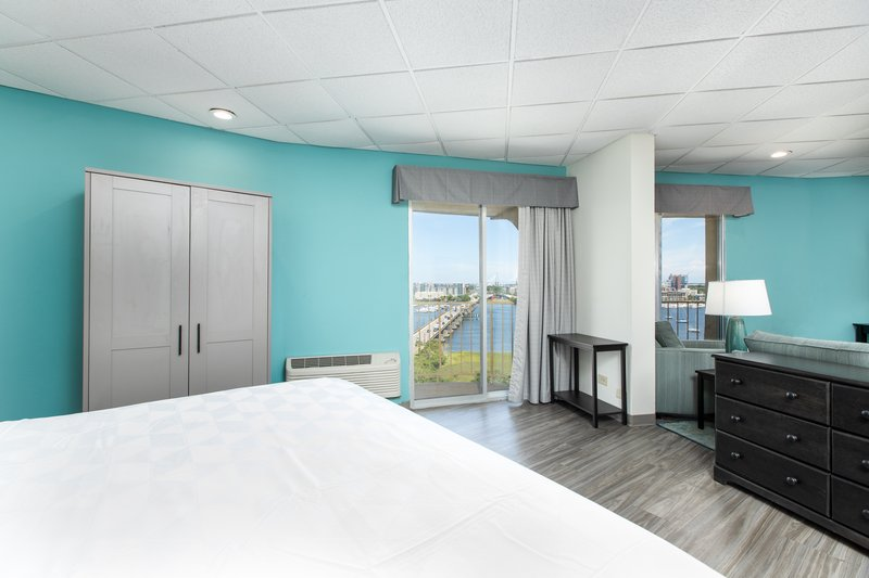 Holiday Inn Charleston-Riverview-King Suite<br/>Image from Leonardo
