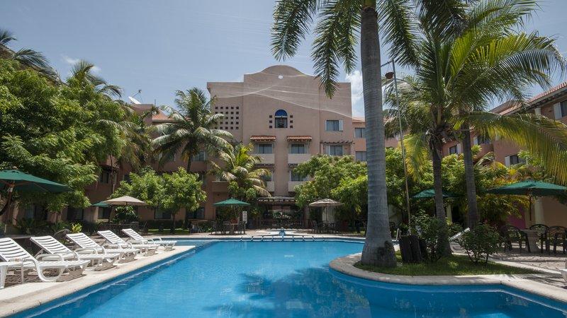 Holiday Inn Ciudad Del Carmen-Lap Pool<br/>Image from Leonardo