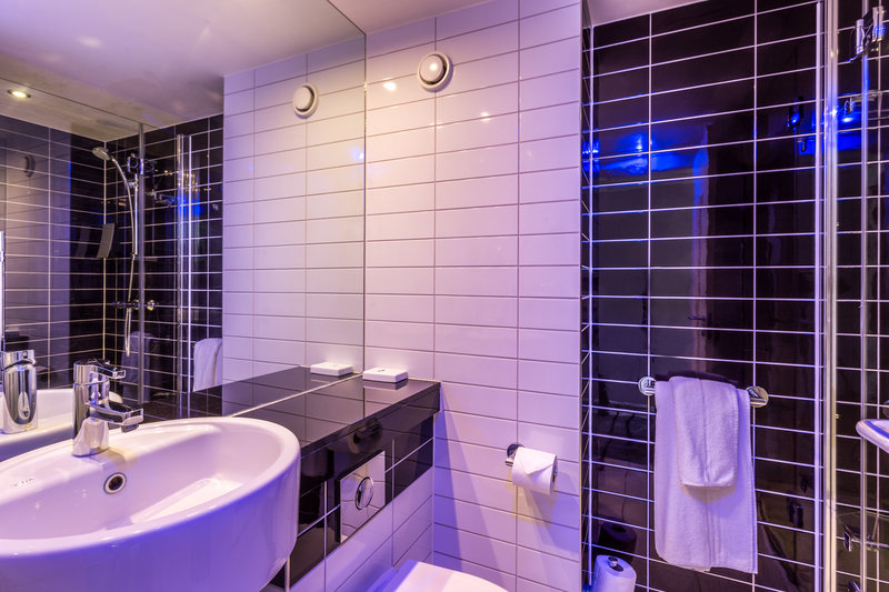 Holiday Inn Express Colchester-Guest Bathroom<br/>Image from Leonardo