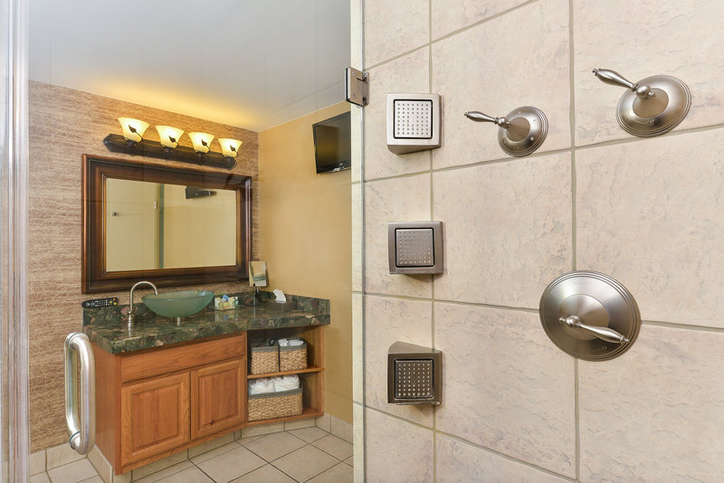 Holiday Inn Cody-At Buffalo Bill Village-bathroom suite 2<br/>Image from Leonardo
