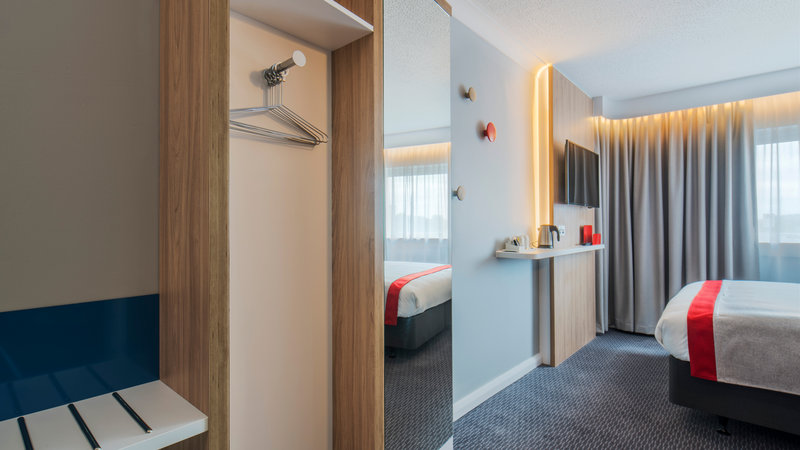 Holiday Inn Express Oxford - Kassam Stadium-Guest Room<br/>Image from Leonardo