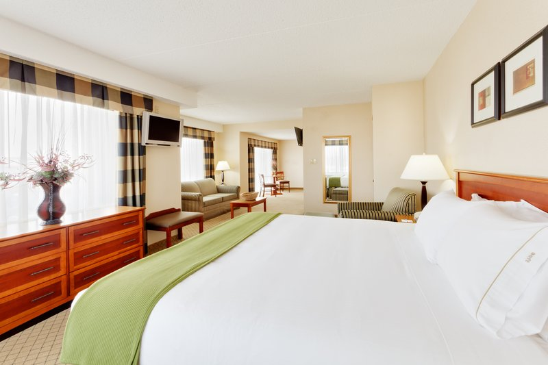 Holiday Inn Express & Suites Long Island-East End-Holiday Inn Express East End, Riverhead, NY - Bridal Suite<br/>Image from Leonardo