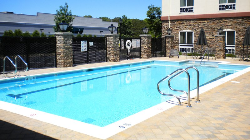 Holiday Inn Express & Suites Long Island-East End-Swimming Pool<br/>Image from Leonardo