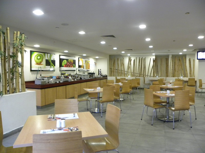 Holiday Inn Express Guadalajara Expo-Restaurant Bar<br/>Image from Leonardo