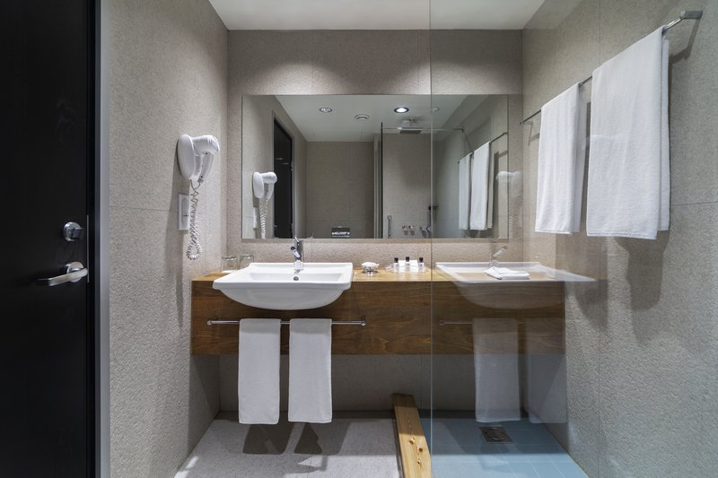 Holiday Inn Tbilisi-Guest Bathroom<br/>Image from Leonardo