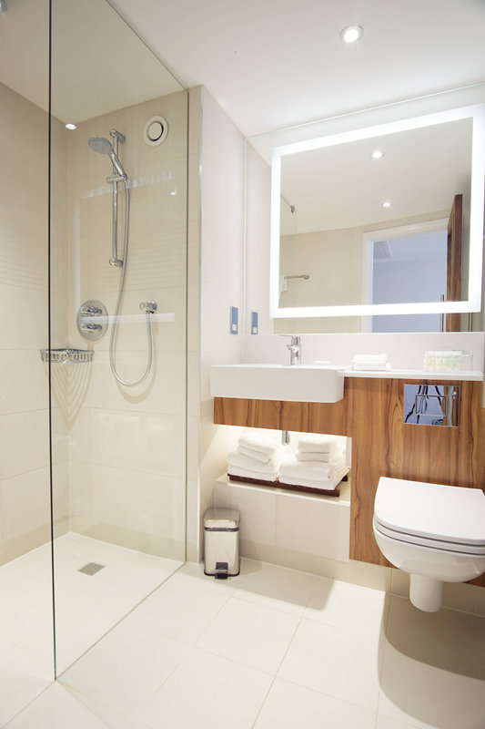 Courtyard Glasgow Airport-Guest Bathroom<br/>Image from Leonardo