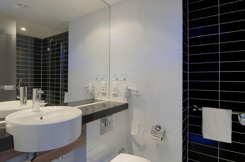 Holiday Inn Express Hamburg - St. Pauli Messe-Guest Bathroom<br/>Image from Leonardo