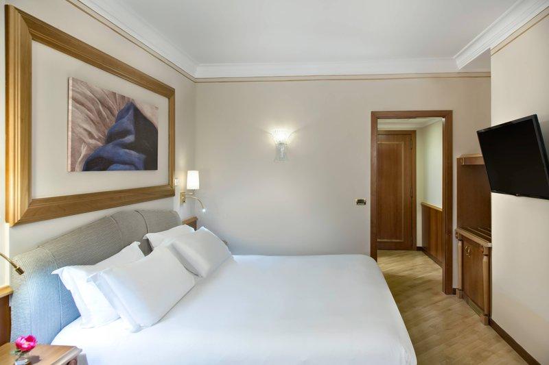 Renaissance Naples Hotel Mediterraneo-High Floor Superior Guest Room<br/>Image from Leonardo