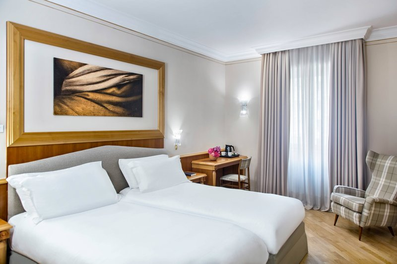 Renaissance Naples Hotel Mediterraneo-Twin/Twin Deluxe Guest Room<br/>Image from Leonardo