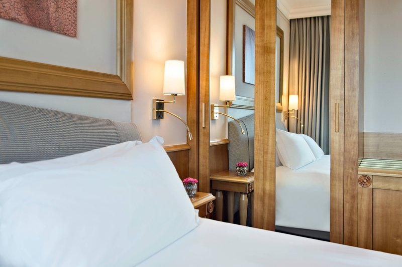 Renaissance Naples Hotel Mediterraneo-King Deluxe Guest Room<br/>Image from Leonardo