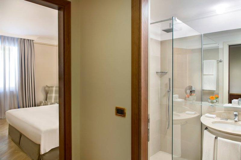 Renaissance Naples Hotel Mediterraneo-King Superior Bathroom<br/>Image from Leonardo