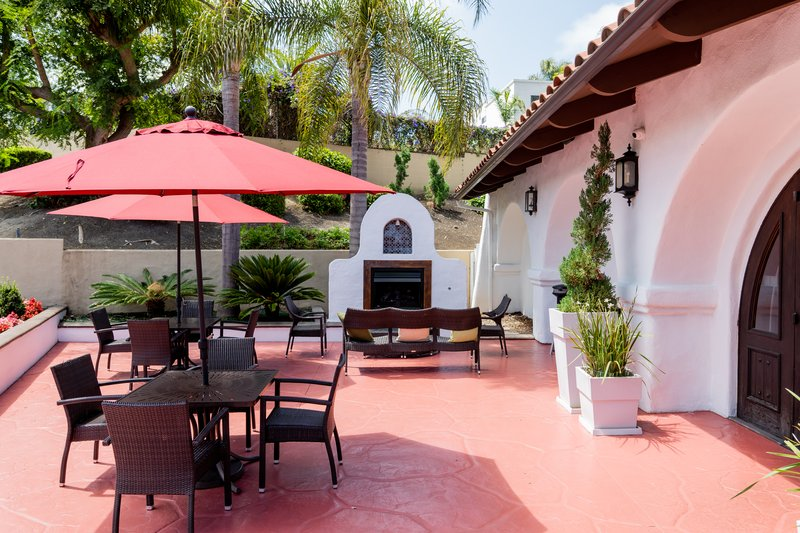 Holiday Inn Express San Clemente North-Welcome area to relax in the evening<br/>Image from Leonardo