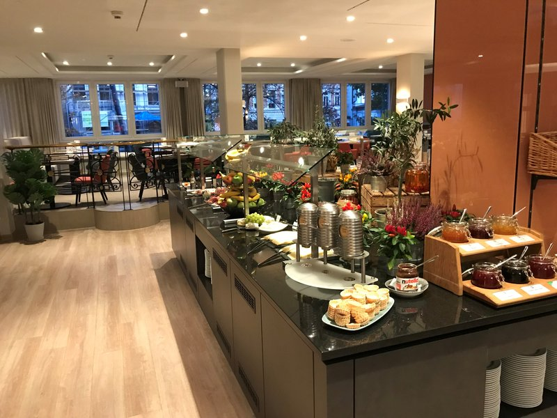 Crowne Plaza Hamburg - City Alst-Breakfast Area<br/>Image from Leonardo