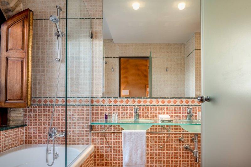 Autograph Collection Hotel Palacio De Santa Paula-Superior Guest Room - Bathroom<br/>Image from Leonardo