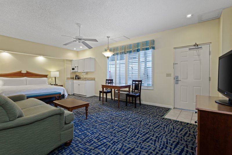 Holiday Inn & Suites Clearwater Beach S Harbour-Our spacious King Studio includes a dinette set and a 37