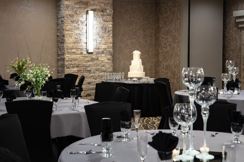 Holiday Inn Hotel & Suites Des Moines-Northwest-Brides, dazzle them with decor to light up your cake and colors.<br/>Image from Leonardo