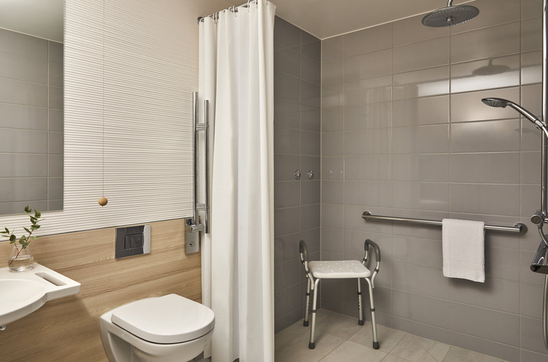 CROWNE PLAZA HAMBURG CITY ALSTER-Accessible Bathroom<br/>Image from Leonardo