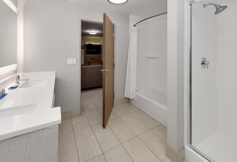 Holiday Inn Express & Suites Scottsbluff-Gering-Suite<br/>Image from Leonardo