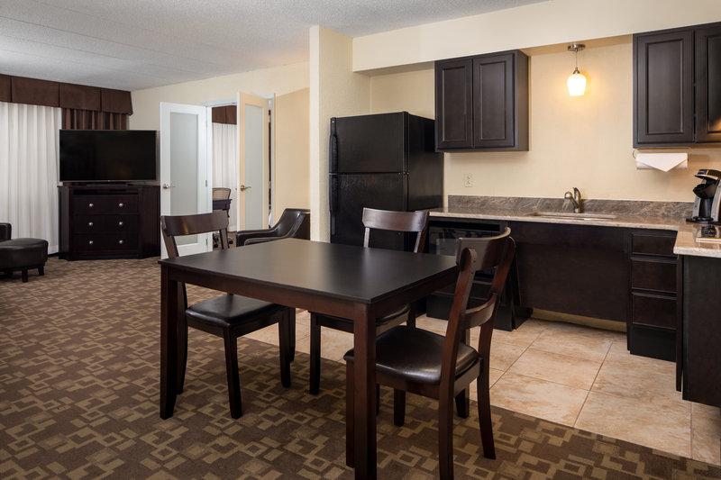 Holiday Inn Hotel & Suites Charleston West-Suite<br/>Image from Leonardo