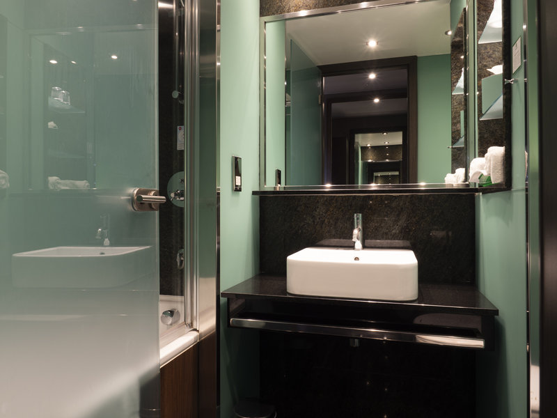 Holiday Inn London - Kingston South-Standard Bathroom<br/>Image from Leonardo
