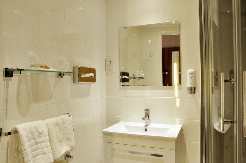Holiday Inn Express Chester Racecourse-Bathroom Amenities<br/>Image from Leonardo